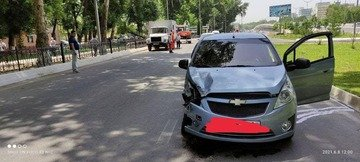 Суд қарорисиз бузилаётган реклама баннери автомобил устига қулади
